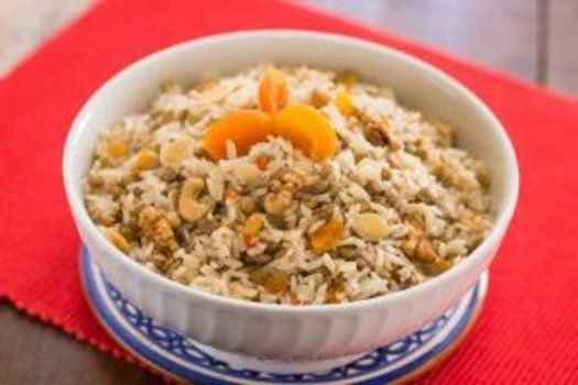 Arroz com frutas secas e lentilhas deve ser servido