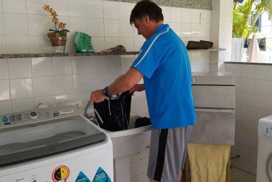 Bolsonaro lavando roupa em