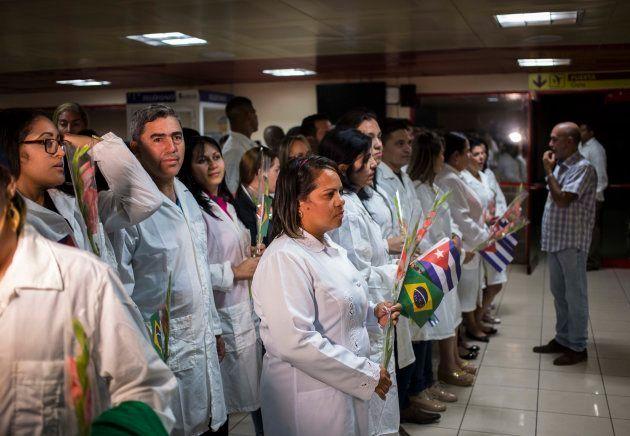 Médicos cubanos voltam para a ilha após deixarem o programa Mais Médicos, após as