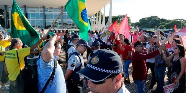 Manifestantes contra e a favor da libertação do ex-presidente Lula se enfrentam diante do STF na última...