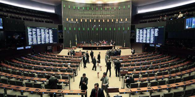 O parlamentar reeleito pode receber o benefício duas vezes, configurando então 14º e 15º