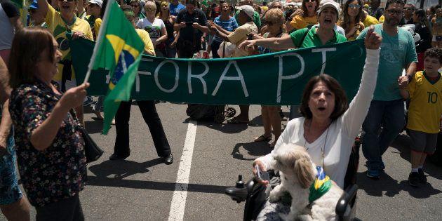 Manifestantes pró-Bolsonaro protestam contra o