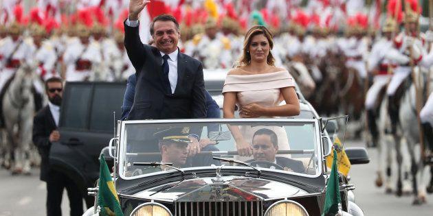 Jair Bolsonaro e sua mulher desfilam de Rolls-Royce pela Esplanada dos