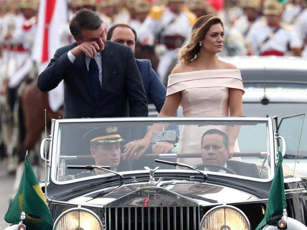 Jair Bolsonaro se emociona durante desfile em carro