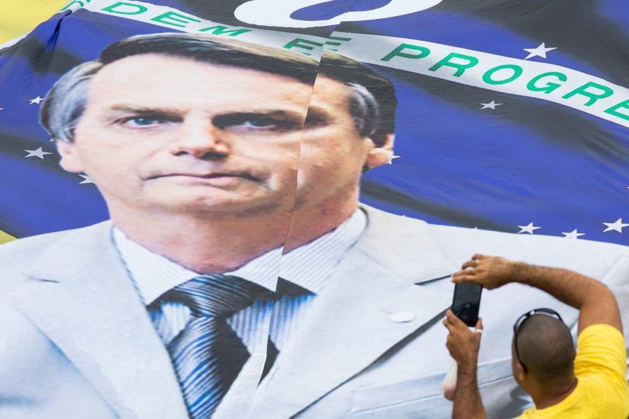 Bandeira do Brasil gigante com a foto de Jair Bolsonaro sobreposta chamou a atenção durante a cerimônia...