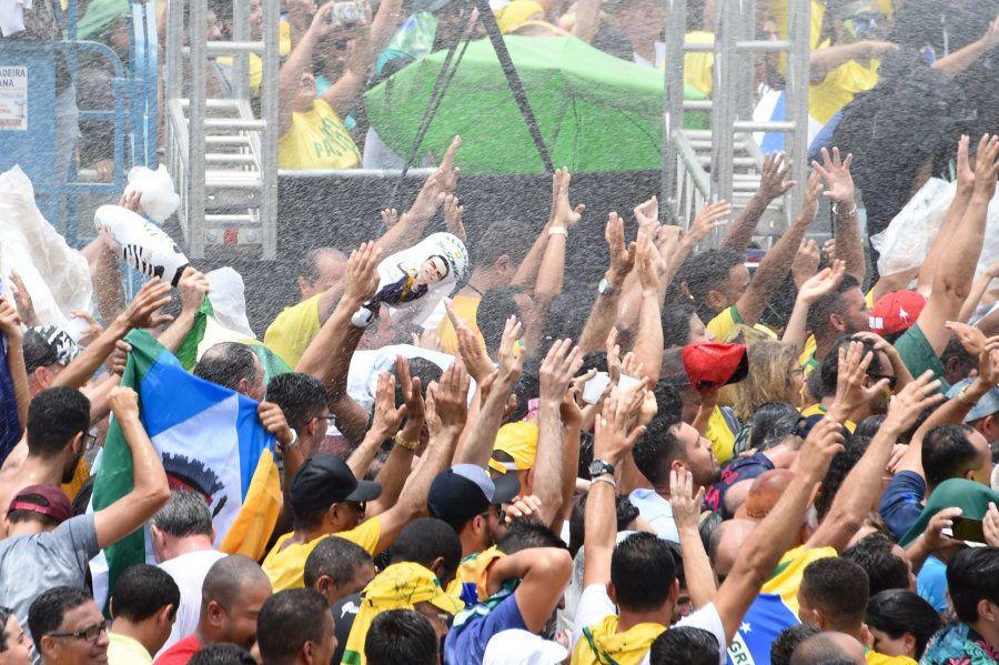 Bombeiros capricharam na água para dar um refresco aos apoiadores de Jair Bolsonaro na cerimônia de posse...