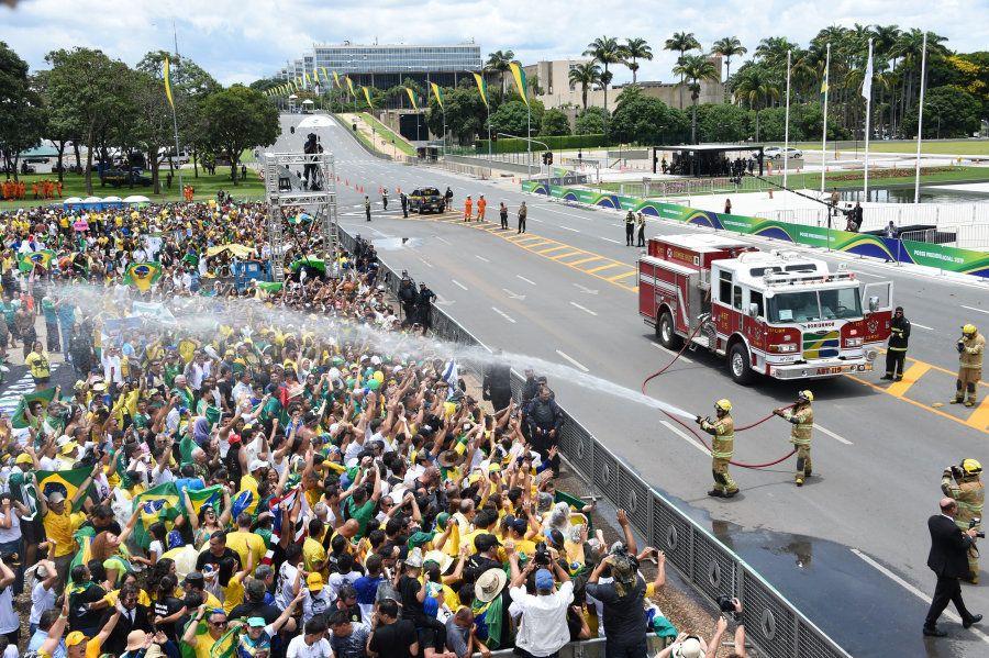 Caminhão de Bombeiros refresca população que não arredou pé apesar do calor que fez em Brasília nesta
