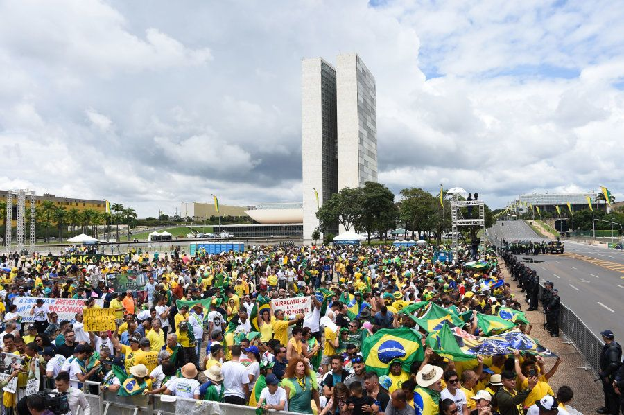 Faixas estendidas na multidão mostram que apoiadores de muitas partes do Brasil foram à capital federal...