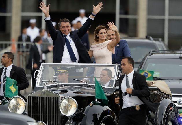 Ao lado de sua esposa Michelle Bolsonaro, Jair Bolsonaro desfila em sua posse como novo presidente do
