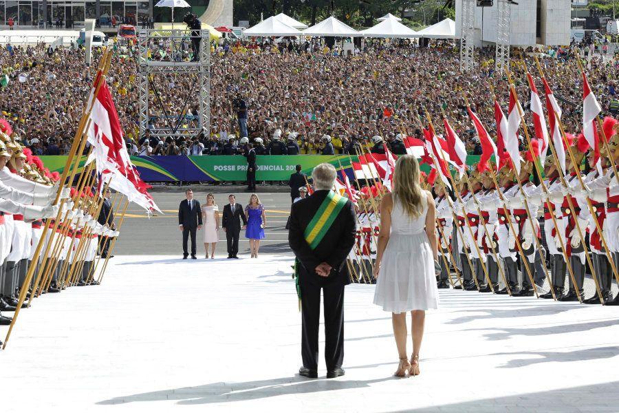 Temer e Marcela aguardam a subida da rampa do Planalto pelo novo presidente, Jair Bolsonaro, e sua esposa,...