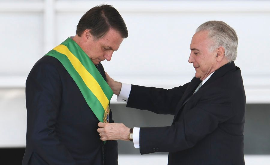 Michel Temer ajusta a faixa presidencial em Jair