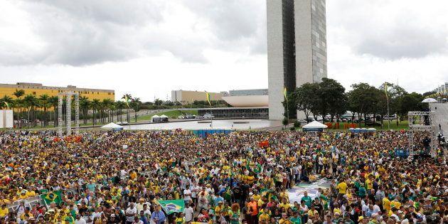 Multidão na praça dos 3 poderes, em frente ao palácio do
