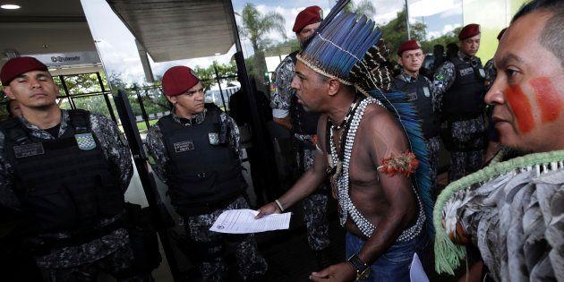 Índios protestam no CCBB, onde funcionava o governo de transição de Bolsonaro, sobre a questão da demarcação...