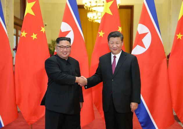 사진은 김정은 북한 국무위원장이 2018년 6월19일, 중국 베이징에서 시진핑 중국 국가주석과 회담에 앞서 악수하는