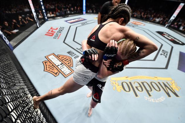 2018년 8월 4일 미국 LA에서 열린 UFC 227 여자 스트로급 경기에서 JJ 알드리치 선수와 맞붙는 폴리아나 비아나. 이날 경기는 알드리치가