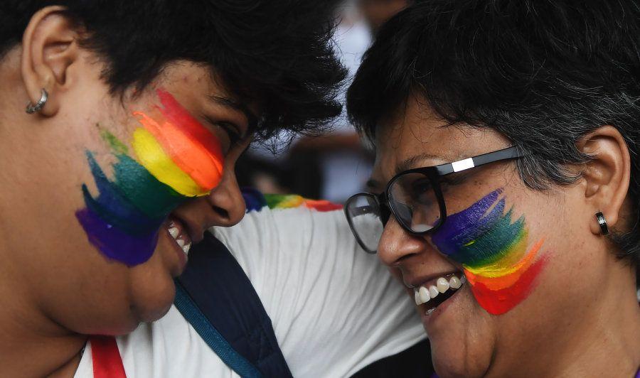 Ativistas LGBTs comemoram decisão da Suprema Corte na