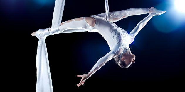 As primeiras apresentações circenses eram feitas commalabaristas, acrobatas e