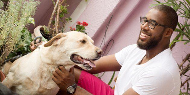 Marcos Madeira brinca com um dos cachorros com quem passeia por São
