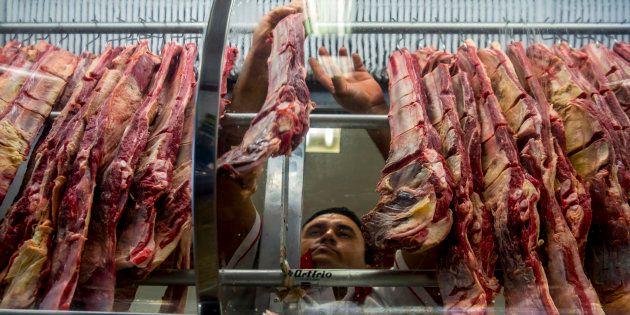 Venda de carne em mercado em São