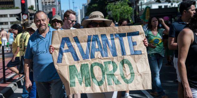 Manifestante contra corrupção segura cartaz em apoio ao juiz Sergio Moro, responsável pela Lava Jato...