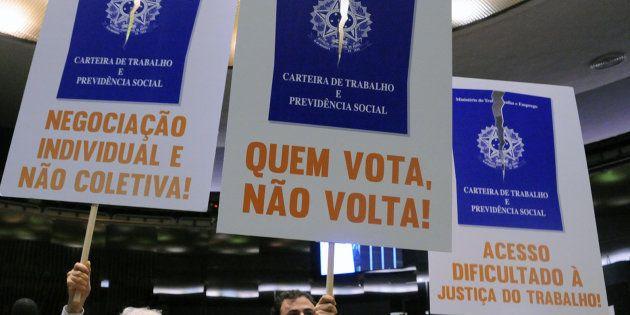 Deputados protestam, em plenário, contra a reforam