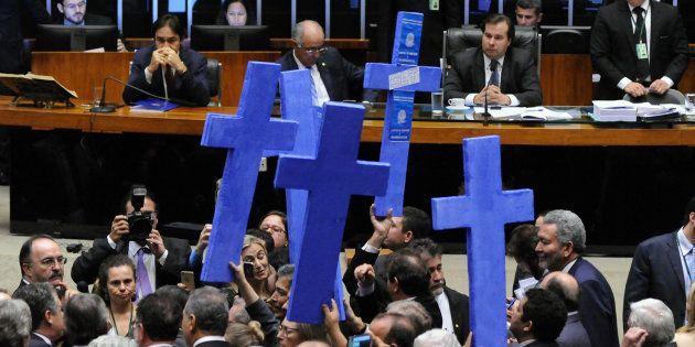 Deputados protestam, em plenário, contra reforma