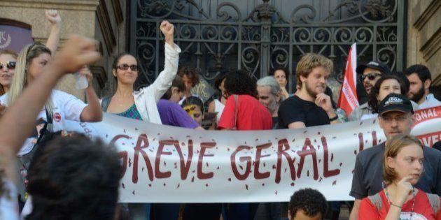Ato convocado pelas centrais sindicais reune milhares de manisfestantes no Rio de Janeiro no 1º de maio...