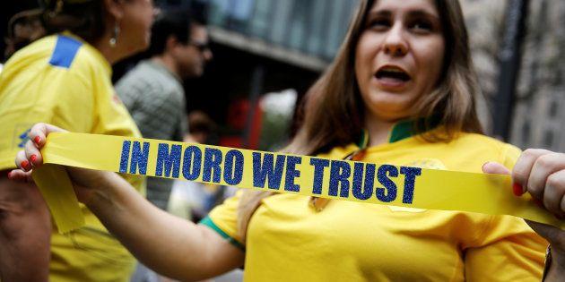 Mulher segura faixa a favor do juiz Sérgio Moro em protesto, em São Paulo, contra a