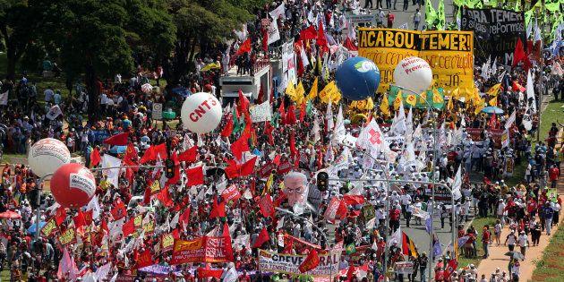 Manifestantes se reúnem em Brasília para pedir saída do presidente Michel
