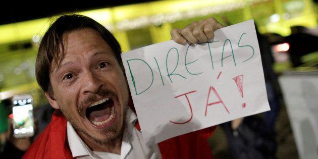 Manifestante pede eleições diretas em frente ao Palácio do