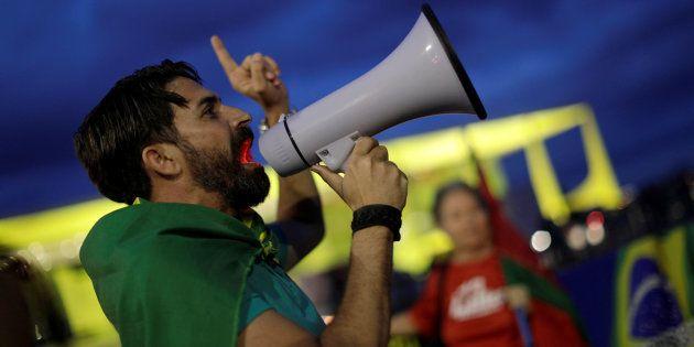 Manifestantes em frente ao Palácio do Planalto contra a