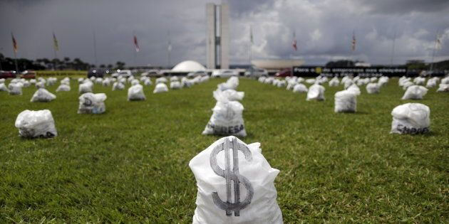 Protesto em frente ao Congresso Nacional contra financiamento empresarial de