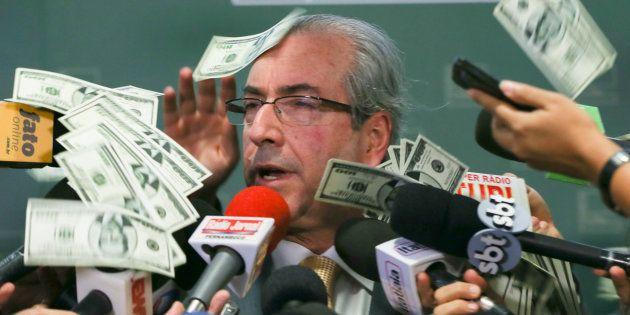 Então presidente da Câmara dos Deputados, Eduardo Cunha, recebe um pacote de dólares no rosto em