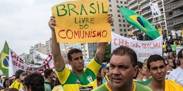 Em protesto contra o governo de Dilma Rousseff em 2015, manifestante pede fim do