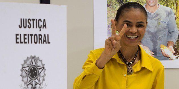 Marina Silva vota nas eleições de 2014, em que ficou em terceiro lugar na disputa pelo