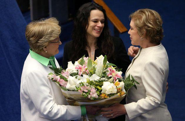 Senadoras Ana Amélia (PP-RS) e Marta Suplicy (PMDB-SP) presenteiam Paschoal com