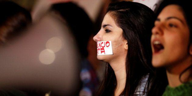 Manifestantes protestam contra violência contra a