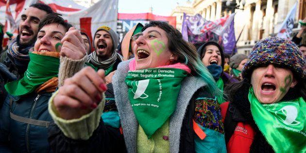 Milhares de argentinas foram às ruas, de ambos os lados, para pressionar os parlamentares sobre a legalização...