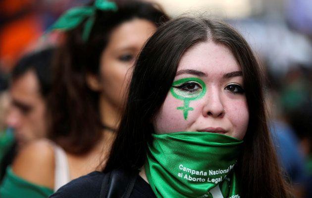 Por 38 votos a 31, senadores argentinos rejeitam descriminalização do aborto no