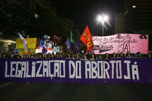 Ativistas em ato pela descriminalização do aborto em 19 de julho, em São