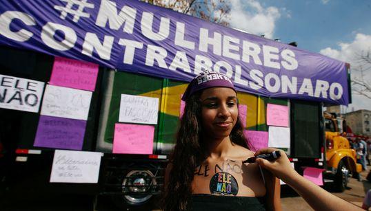 Mulheres vão às ruas contra Bolsonaro: 'A eleição dele nos coloca em
