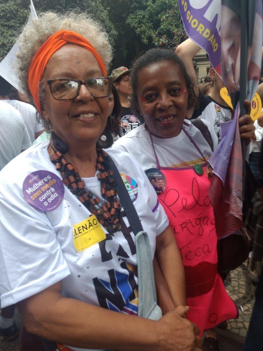 A artesã Delci Valim (à esquerda), de 66 anos, participa de manifestações desde as Diretas