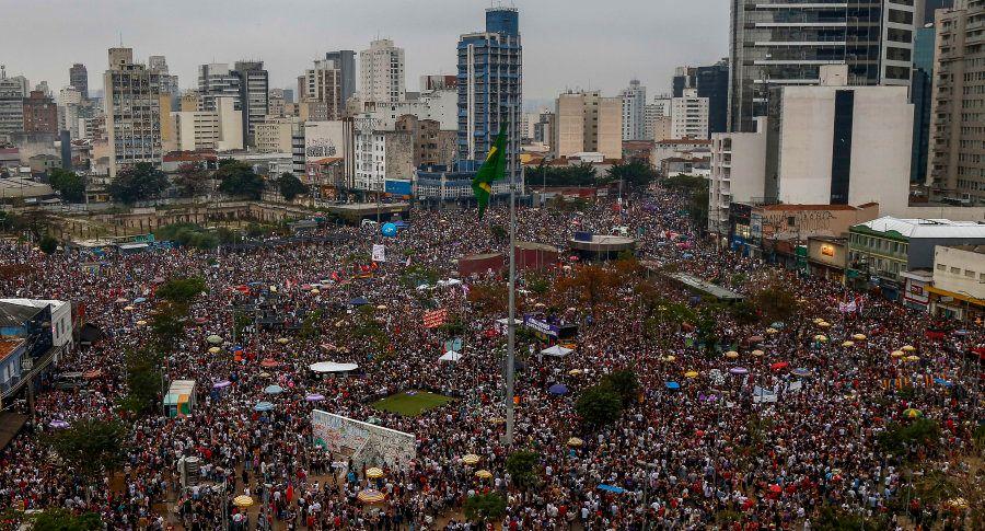 Manifestantes lotam o Largo da Batata para protestar contra presidenciável do