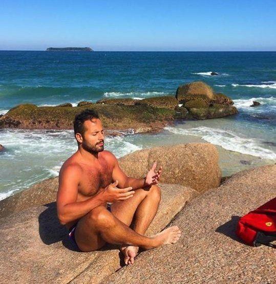 Calero medita na praia neste sábado