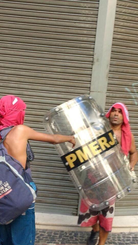 Manifestantes seguram escudo da PM do Rio na tarde desta quinta-feira (9), durante confronto no