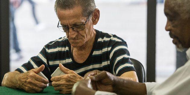 Aposentados se reúnem em Centro de Referência da Cidadania do Idoso em São