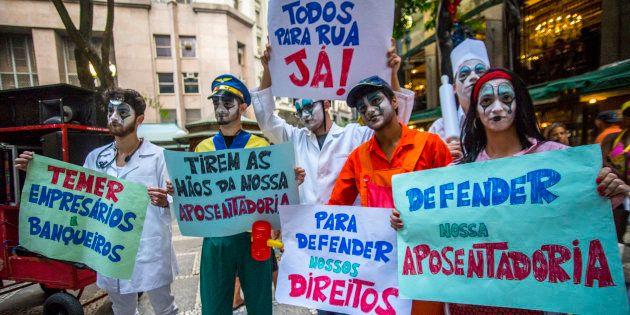 Cartazes no carnaval de São Paulo contra a reforma da