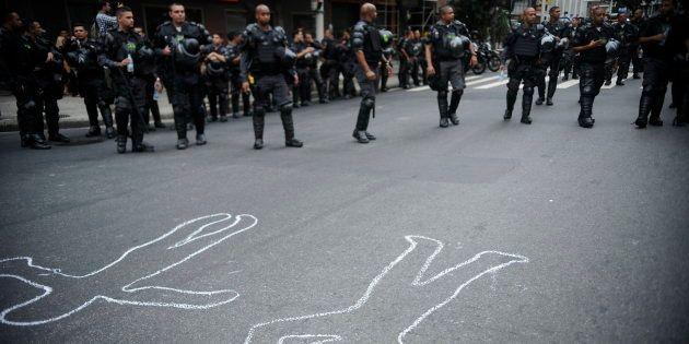 Ativistas e moradores de comunidades carentes de Copacabana protestam nas ruas do bairro contra a violência...
