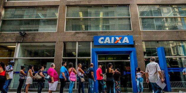 Brasileiros enfrentam fila na Caixa Econômica Federal para sacar recursos de contas inativas do