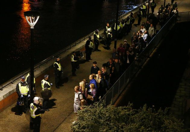 Policiais evacuam London Bridge, onde houve ataque